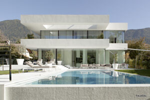 Upečatljiv i čist izgled kuće s bazenom